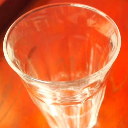 飲み口が厚いグラス。厚さは約2.5mm。