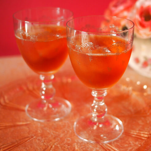 足つきのグラスは、紅茶を口に運ぶときに角度が付きやすいので、渋みをあまり感じずに紅茶を楽しむことが出来ます。