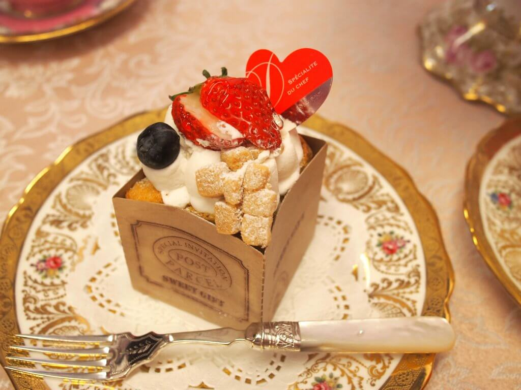 ふんわりシフォン。 可愛らしくいちごを乗せオシャレなシフォンケーキには生クリームがたっぷり。
