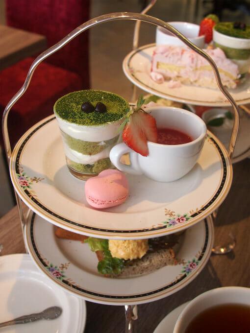ル・サロン・ド・二ナス のアフタヌーンティーは2段のケーキスタンドで提供されます。