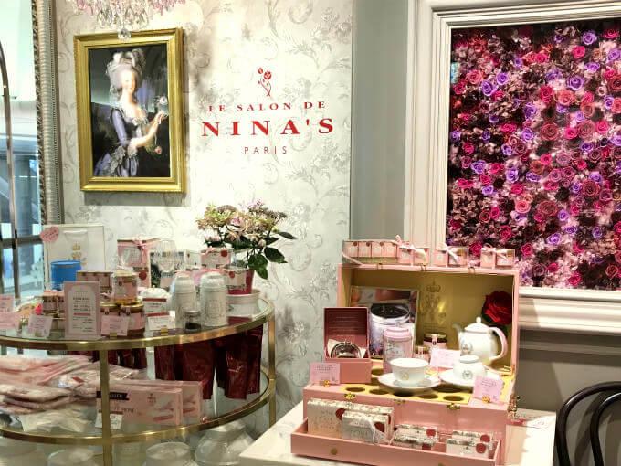 店頭にはニナスの一番人気の紅茶「マリーアントワネット」が可愛らしくディスプレイされています。