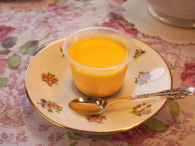 牛乳と卵とお砂糖だけで作ったシンプルなプリンです。