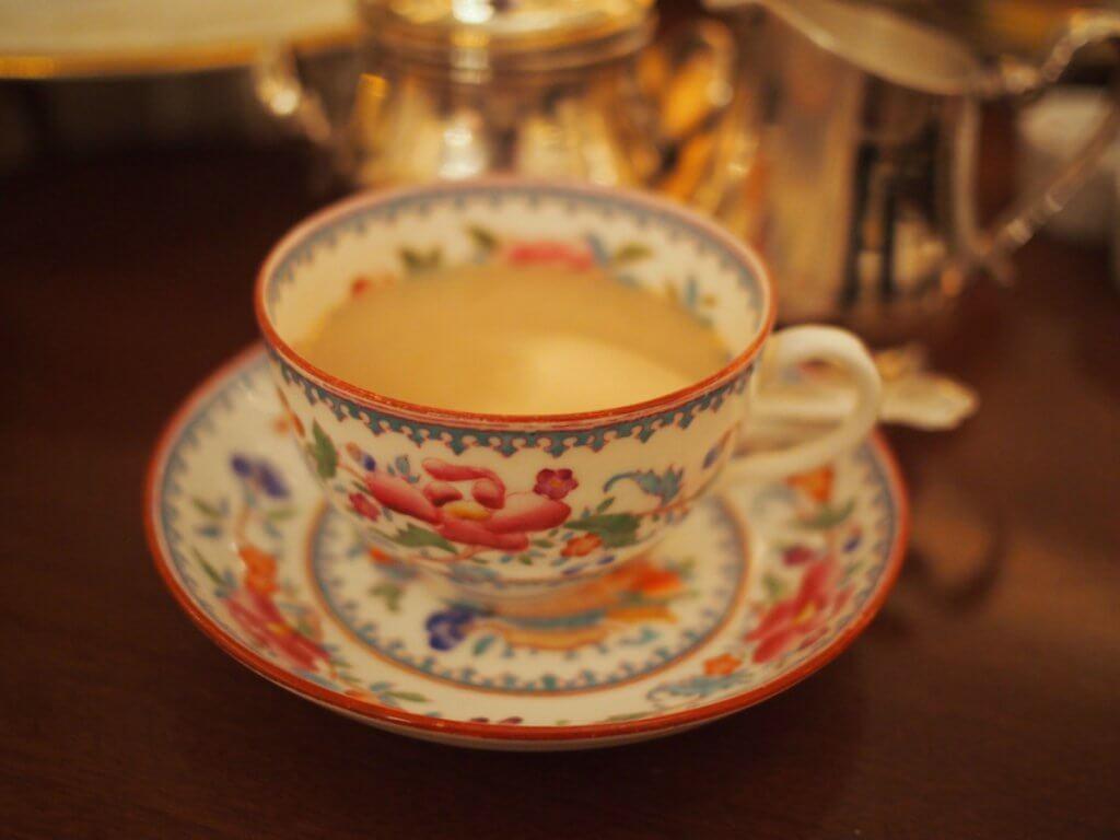 紅茶をいただいた時のカップは1800年代のロイヤルクラウンダービー。