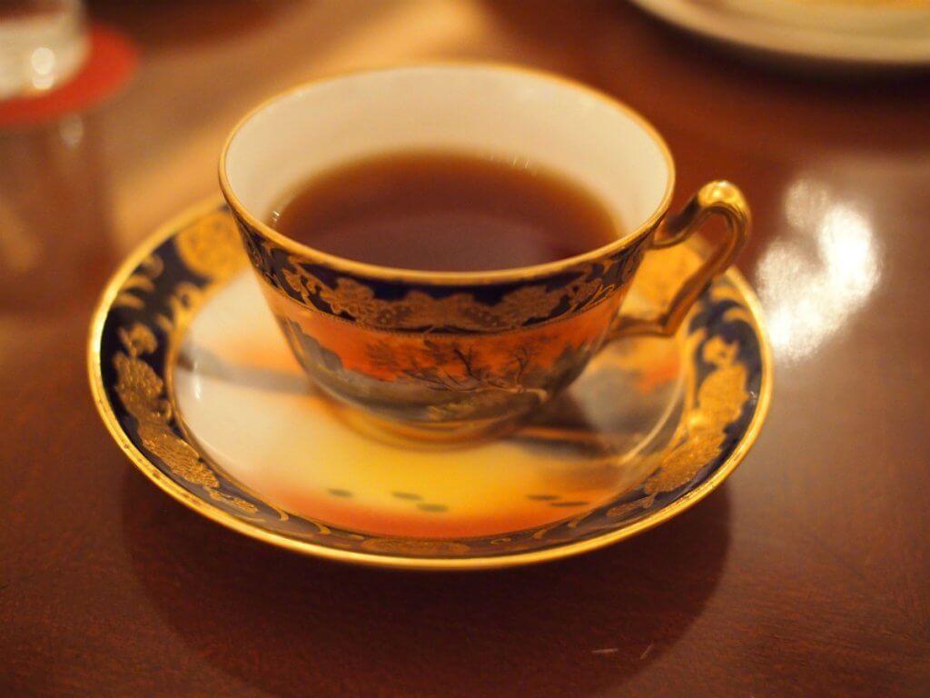 こちらは同行した姉に出されたティーカップ。オールドノリタケです。