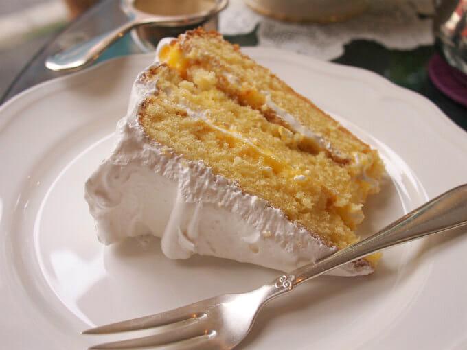 レモン&エルダーフラワーのケーキ。5月20日までの土日限定ケーキ。プリンス・ハリーとメーガンさんのロイヤルウェディングケーキをイメージしたそうです。
