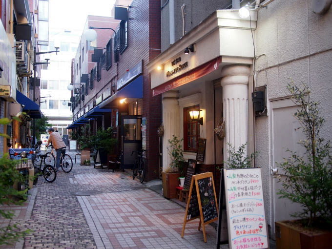 TomoDollは舞鶴城近くの雰囲気のある素敵な通りにあります。
