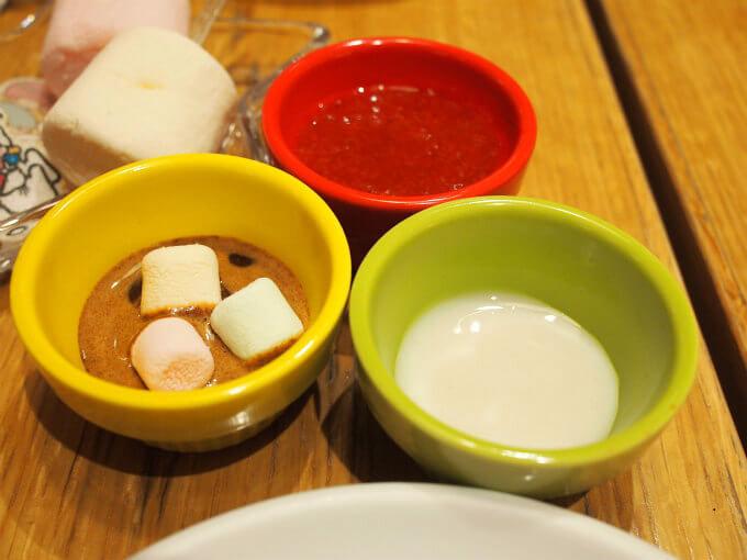 ディップは3種類。シナモン黒蜜、いちごジャム、練乳