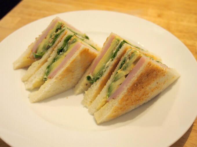 アボカドとロースハムのローストサンドイッチ