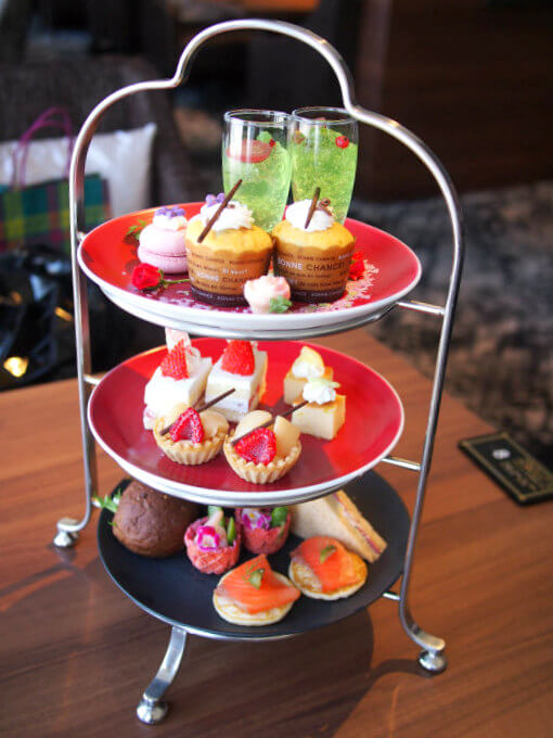 こちらは京王プラザホテル「スカイラウンジ」の美女と野獣をテーマにした『花で彩るアフタヌーンティー』の2人分のケーキスタンドです。この他スコーンも付きます。