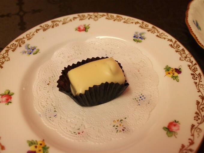 マノンカフェ ホワイトチョコレートでコーヒー風味のフレッシュクリームフィリングとヘーゼルナッツをくるんだチョコレート