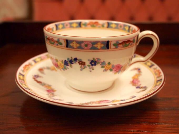 ダージリンには「淹れたての香りをずっと楽しめる、底に丸みがあり、口がすぼんだグラス」がおすすめとのことなので、なるべくそれに近いカップをとミントンのミントンローズを選びました。