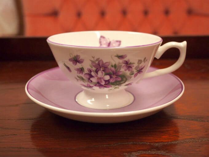 セイロン(ウバ)には「ゴールデンリングを楽しめる口の広いグラス」がおすすめとのことだったので、エインズレイのイングリッシュバイオレットのカップを選んでみました。