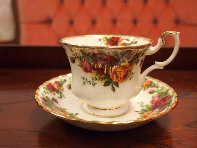 ディンブラには「薄い水色を引き立て、香りを長く楽しめる、背の低い口のすぼんだグラス」がおすすめとのことだったので、ロイヤルアルバートのモントローズシェイプが似ていると思いこのカップを選んでみました。