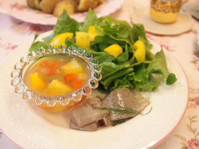 グリーンサラダとシル(ニシンの酢漬け)と野菜のジュレ