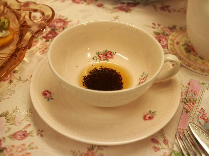 やり方はどちらも同じで、ティースプーン1杯くらいの紅茶を残して、左手でカップを持ち、3回まわしてから、