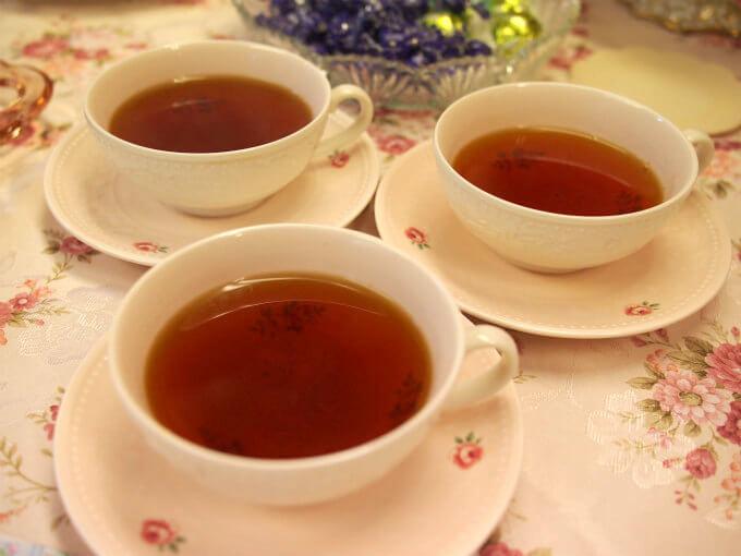 紅茶はベリーのケーキにも揚げドーナツにも合うディンブラにしました。