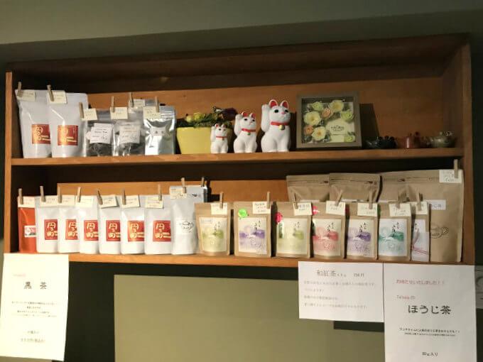 店頭には紅茶と日本茶の販売スペースがあります。