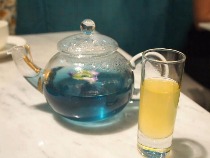 紅茶はダージリンやアールグレイの他ハーブティーも選べます。おすすめの紅茶はこちらのブルーレモネード。