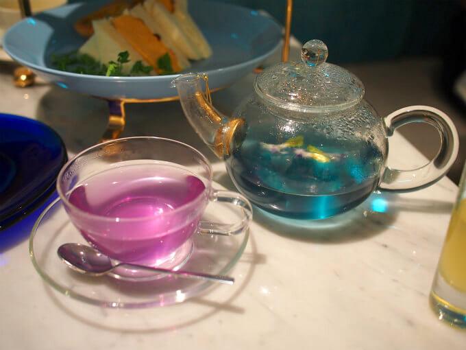 ブルーレモネードに付いてくる、レモンジンジャーシロップを入れるとピンク色に変わります。