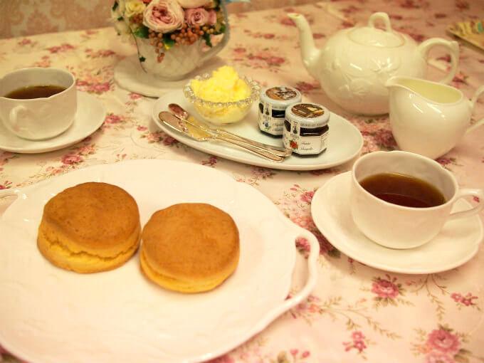 東都生協のプレーンスコーンと紅茶