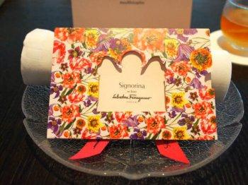 今回もフェラガモ シニョリーナとのコラボアフタヌーンティー。シニョリーナとのコラボは今年で3年目。シニョリーナ イン フィオーレの「ファッションエディション」のカードが出迎えてくれました。