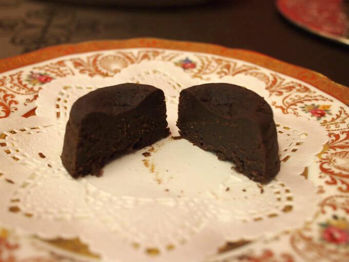 こちらは蒸ショコラの断面図。お菓子というより、ほぼ生チョコですね!