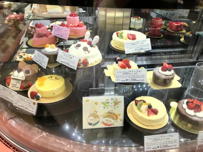 可愛いホールケーキもたくさん並んでいました。