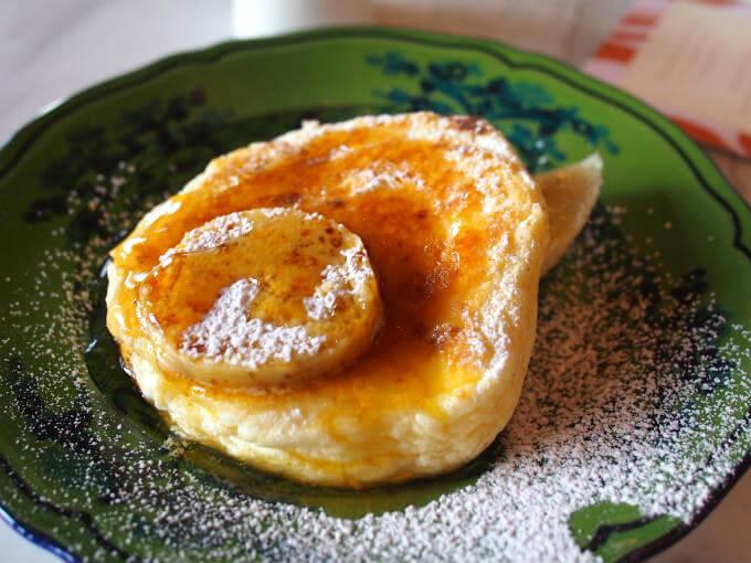 アフタヌーンティーにはミニサイズのリコッタパンケーキが付きます。バナナとハニーコームバターが添えられています。