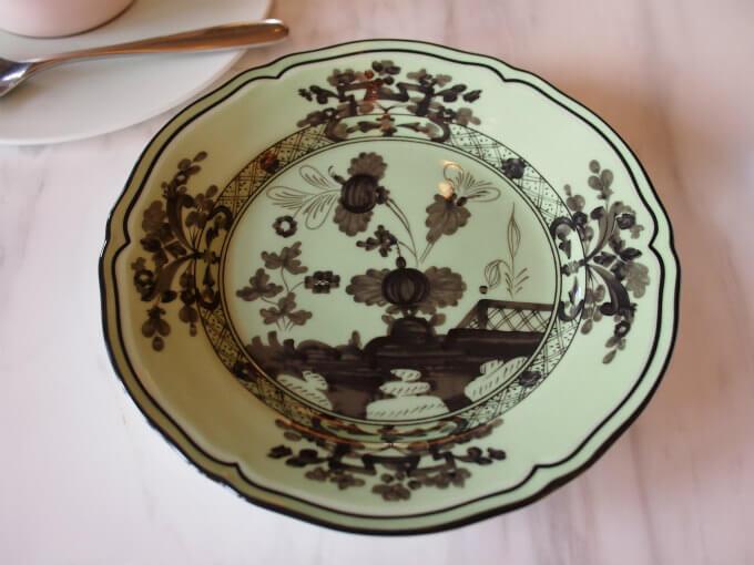 ケーキスタンドのお皿はイッタラだけど、取り皿はリチャードジノリのオリエンテイタリアーノ。違うブランドなのに色が揃っていて可愛いです。