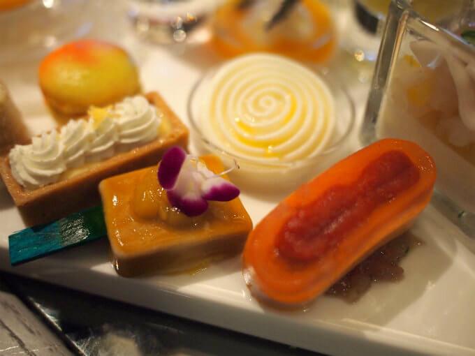 白くて丸くクルクルしているのがドラゴンフルーツとホタテのマリネ。エディブルフラワーが乗っているのがレモン風味とフォワグラテリーヌマンゴージュレがけ。一番右がマグロのタルタル トマトのコンポジション。