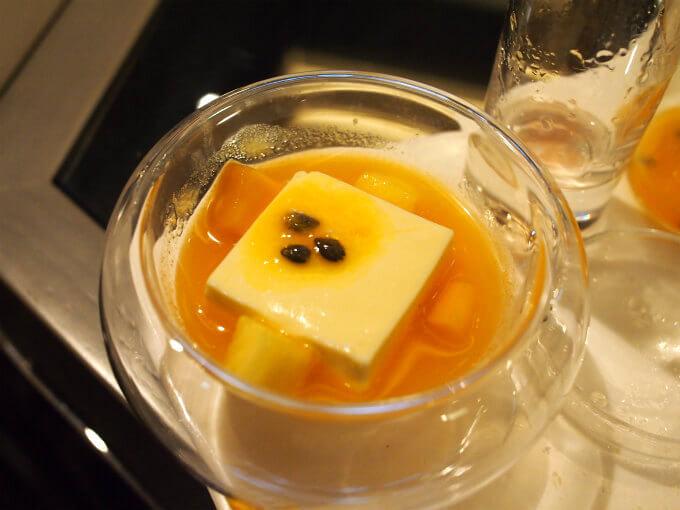 トロピカルフルーツの黄色いスープ。パッションフルーツのソースにマスカルポーネとマンゴーとオレンジが入っていました。