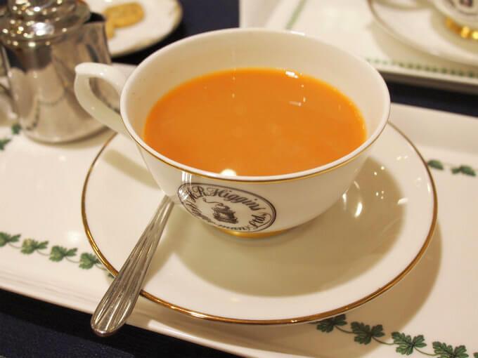 ミルクティーにした「メイフェア」。ミルクをたっぷり入れても紅茶の色が鮮やかです。