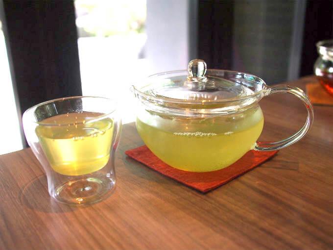 こちらの深蒸し煎茶 あさつゆの冷茶。お茶は全てホットかアイスかを選べます。