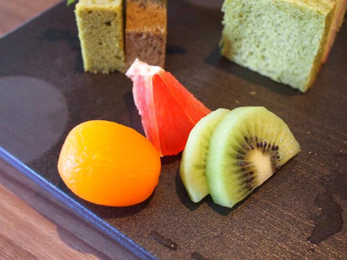 季節の果物。この日はビワのコンポートとピンクグレープフルーツとキウイ。
