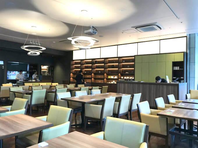 「レストラン1899」の店内の様子。奥の棚には茶香炉がたくさん並べられていました。