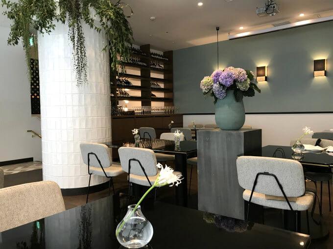 ELLE caféの2Fのレストランの内装