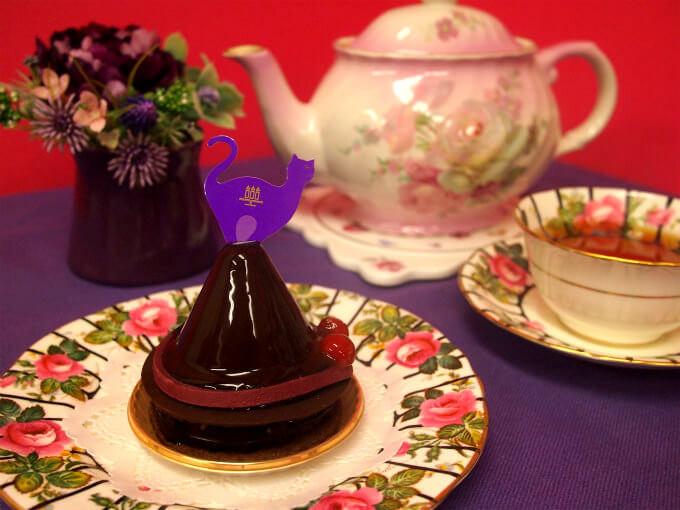 アンリシャルパンティエの「黒猫のスイートチョコレート」と紅茶
