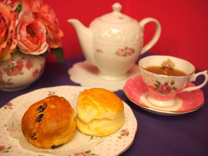HUFFKINS(ハフキンス)の「スコーン」と紅茶