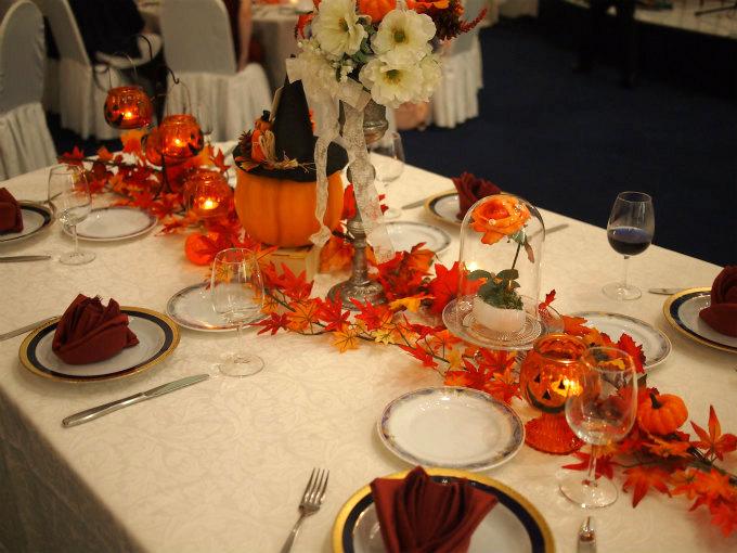 マジックで出してくれたのが、オレンジのバラ。 これで瑞貴先生のハロウィンテーブルコーディネートの完成です。