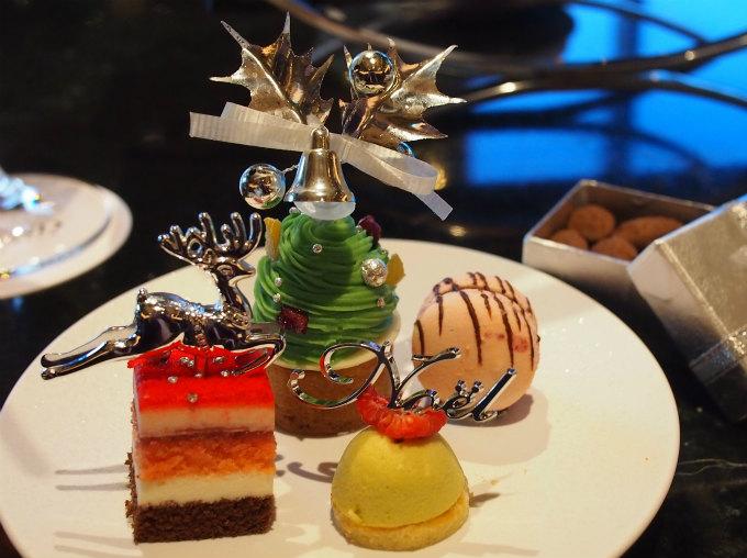 ピスタチオと色々フルーツのクリスマスツリー、ラズベリーの赤いガトー、カシスとチョコレートのマカロン、ピスタチオムース。クリスマスらしい華やかなスイーツ!