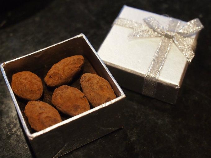 アマンドショコラはシルバーのボックスの中に。クリスマスプレゼントみたいで可愛い♥