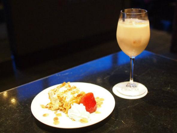 苺のミルフィーユはアイスロイヤルミルクティーと合わせていただきました。