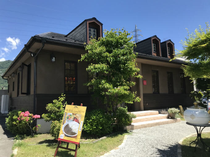 こちらは山梨のムレスナティー専門店「Echelon tea house 甲府」の外観。なんかメルヘンチックで可愛いですよね!