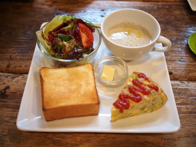 お店は朝早くから営業しているのでモーニングにおすすめ。こちらはフリッタータ、トースト、オーガニック軽井沢産サラダ、スープ、ドリンクがセットになったパワーブレックファストセット(1,430円)