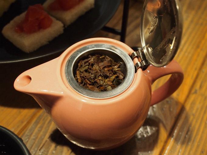 ティーポットには茶葉が入っていました。雪ノ下銀座一丁目の紅茶はロンネフェルトの紅茶です。