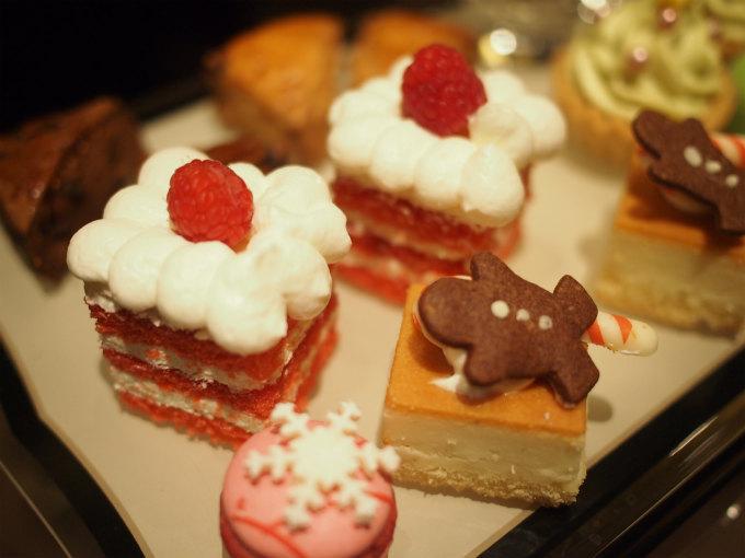 バニラとラズベリーのショートケーキ とチーズケーキとジンジャーマンクッキー とマカロンラズベリー
