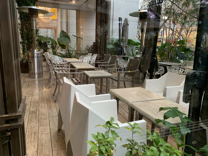 こちらはテラス席。透明な壁とストーブがあるので冬でも利用しやすそうです。