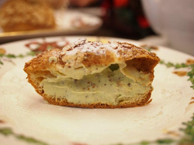 こちらは「シューシュクリ ピスタチオ」甘さ控えめのシュークリームです。