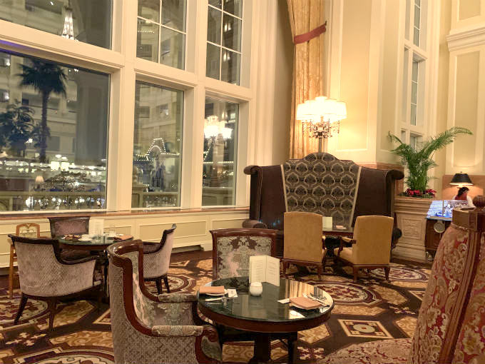 ビクトリア朝様式の豪華な内装で、大きなソファーのお席もあります。