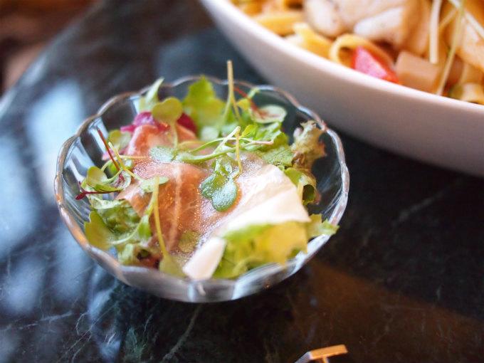 フィットチーネ アンコウと冬野菜のトマトソースには生ハムのサラダがセットになっていました。